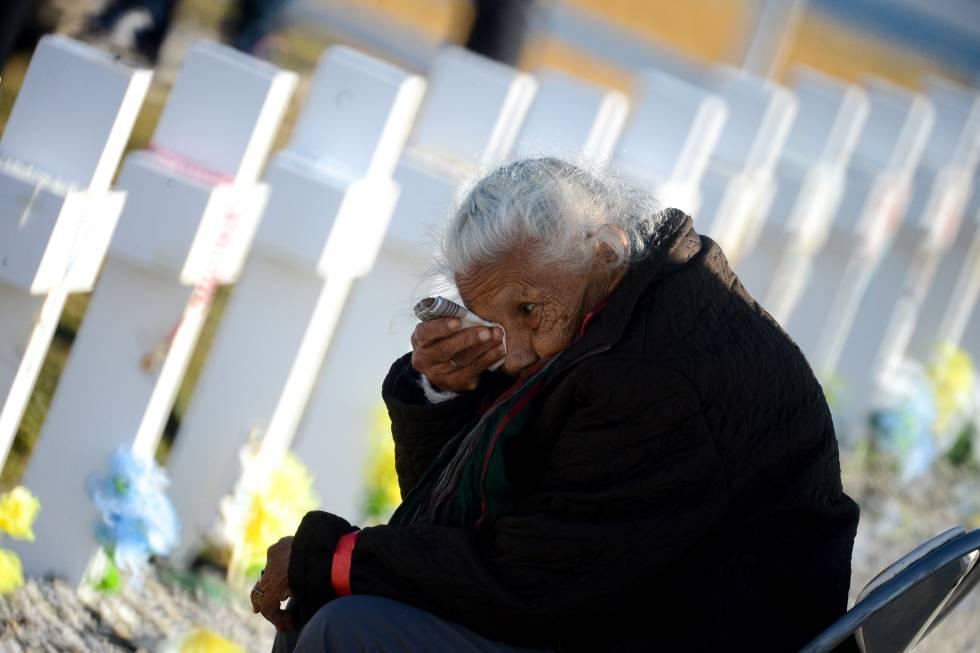 Una mujer llora ante la tumba de su hijo, en el cementerio de Darwin, en las Islas Malvinas.