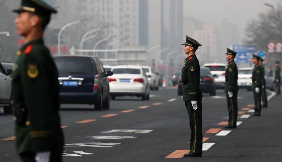 Despliegue de seguridad en la avenida Changan de Pekín.