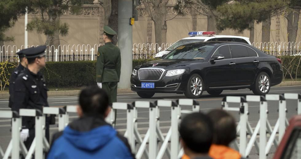 Uno de los vehículos de la caravana que ha levantado los rumores esta mañana en Pekín.