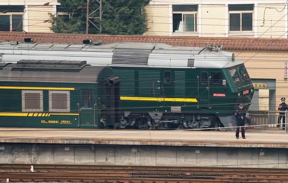 Varios agentes custodian el tren procedente de Corea del Norte que ha llegado esta mañana a Pekín.