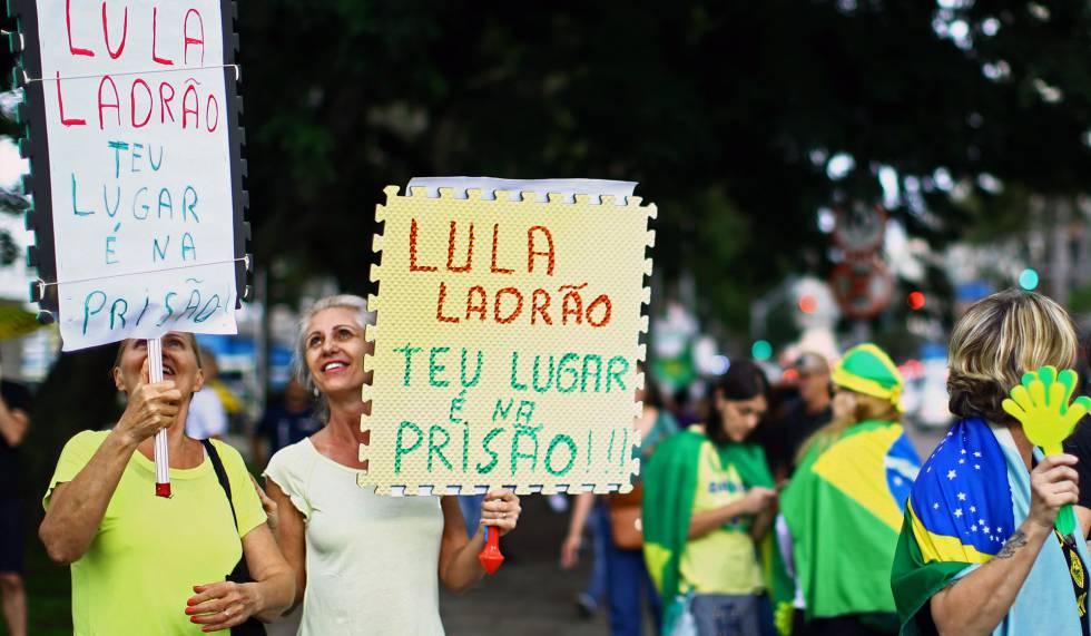Manifestantes contra Lula en Curitiba, este miércoles