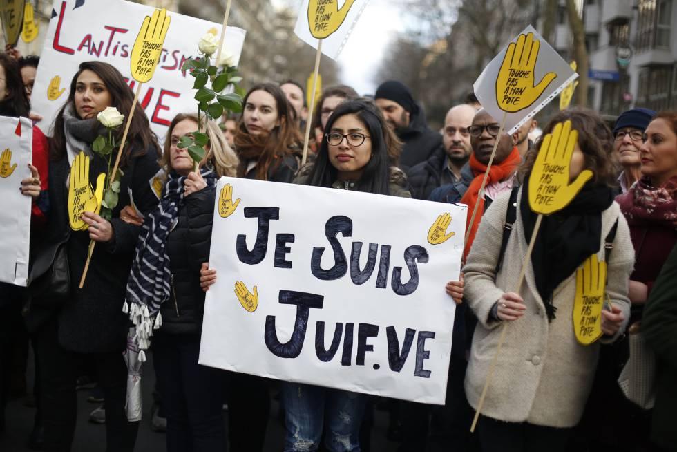 """Una mujer con un cartel que reza """"Yo soy judía"""" en la manifestación de este miércoles en París."""