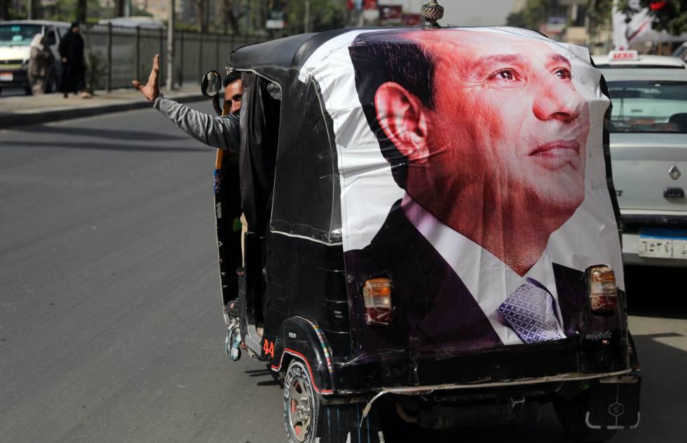Un tuc-tuc (mototaxi) con la imagen del presidente Al Sisi en El Cairo.