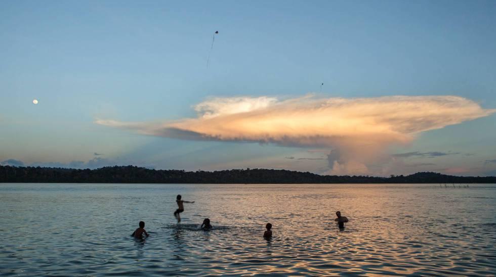 El río Tapajós, uno de los más bonitos de la selva amazónica, está amenazado por el robo de tierras públicas, el comercio de madera, la deforestación, la extracción de oro y los proyectos de grandes hidroeléctricas.