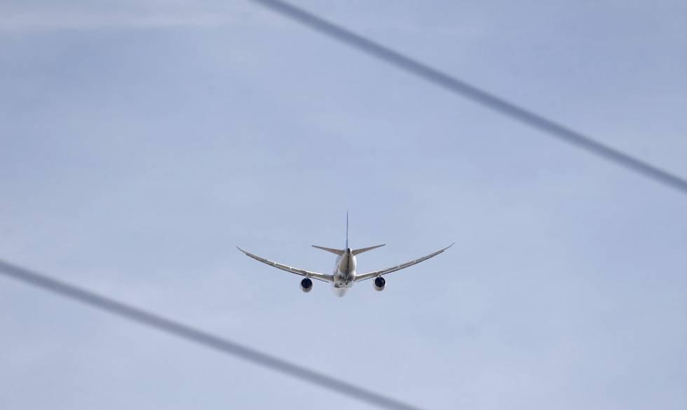 Un avión en pleno vuelo.