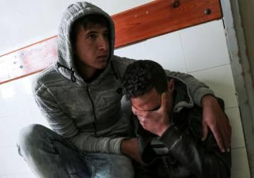 Familiares de Omar Samur, gazatí muerto a causa de disparos de un tanque israelí el 30 de marzo de 2018.