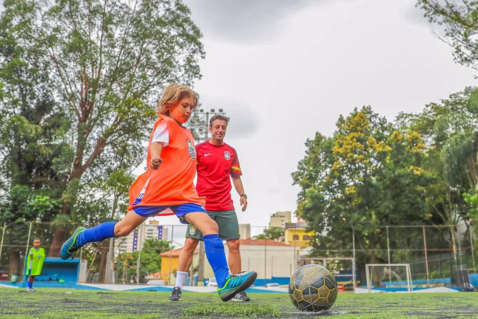 Un niño brasileño rubio juega al fútbol en São Paulo