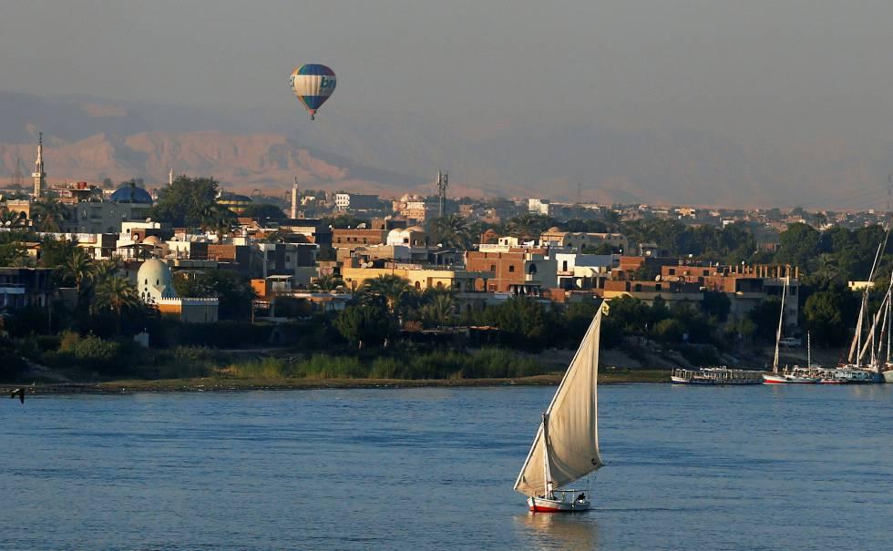 Una barca espera la llegada de turistas en el río Nilo, en el puerto de la ciudad egipcia de Luxor.