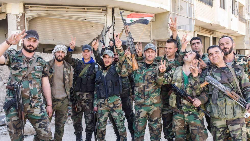 Efectivos del Ejército regular sirio desplegados este lunes en la localidad de Jubar (Guta Oriental y periferia noreste de Damasco) tras la evacuación de las milicias islamistas.