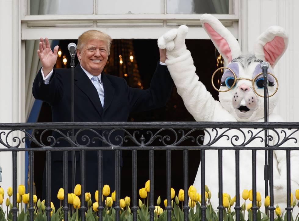 Donald Trump, este lunes, junto al conejo de Pascua en el balcón de la Casa Blanca.