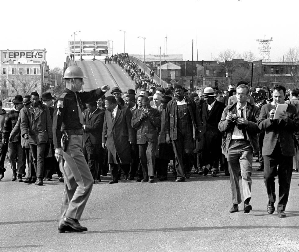 Martin Luther King y manifestantes en la ciudad de Selma (Alabama) el 10 de marzo de 1965.