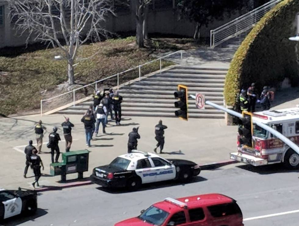 Policías entrando en la sede de YouTube en San Bruno, este martes.