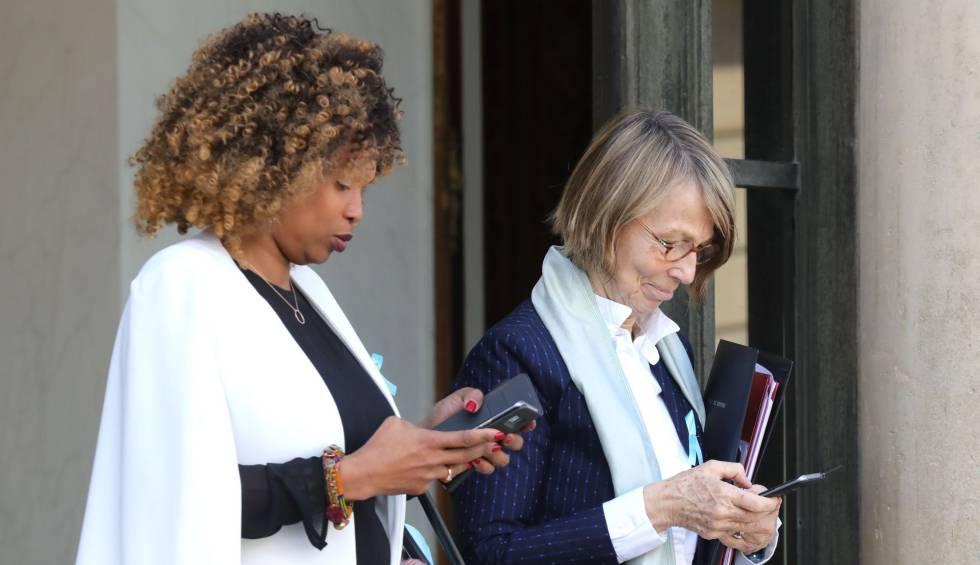 La ministra francesa de Cultura (der.), Françoise Nyssen, junto a la ministra de Deportes del país, este miércoles en París.rn