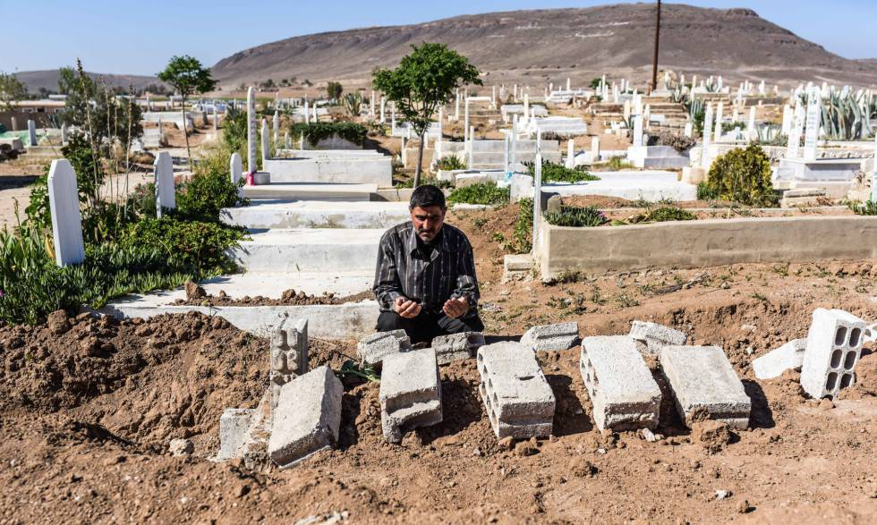 Mohamed Bashah reza ante la tumba de su padre, fallecido en el campo de desplazados de Heryelah a los dos días de escapar de Guta Oriental.