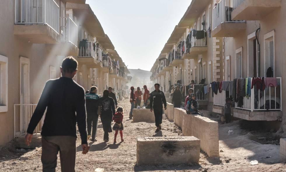 Algunos de los 23.000 desplazados acogidos en el campo temporal de Heryelah.