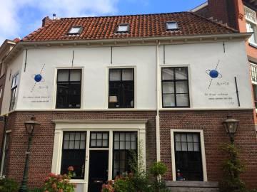 El espín de electrón de Samuel Goudsmit, en un edificio de Leiden.