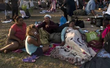 La familia Baires, descansa en el campo de fútbol de Matías Romero