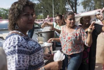 Vecinas de Matías Romero, Oaxaca, repartiendo comida a los migrantes