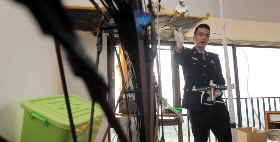 Un agente de las aduanas chinas explica el funcionamiento del método ideado por la banda.