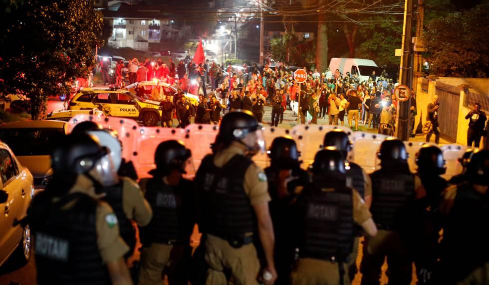 Simpatizantes de Lula frente a la policía, en Curitiba.