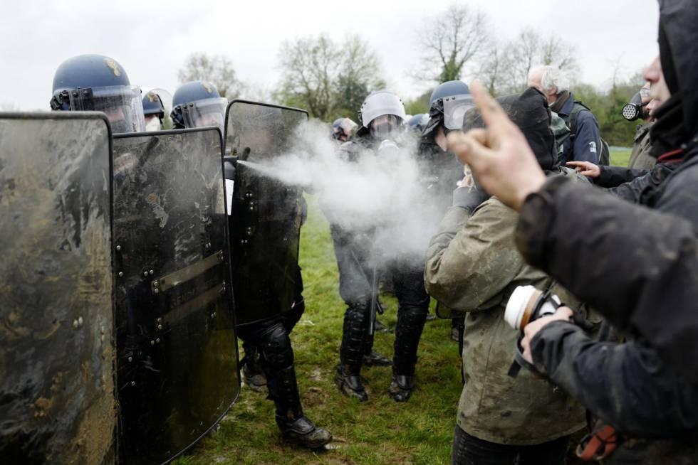 La policía y un grupo de ecologistas se han enfrentado durante el desalojo del aeropuerto Grand Ouest