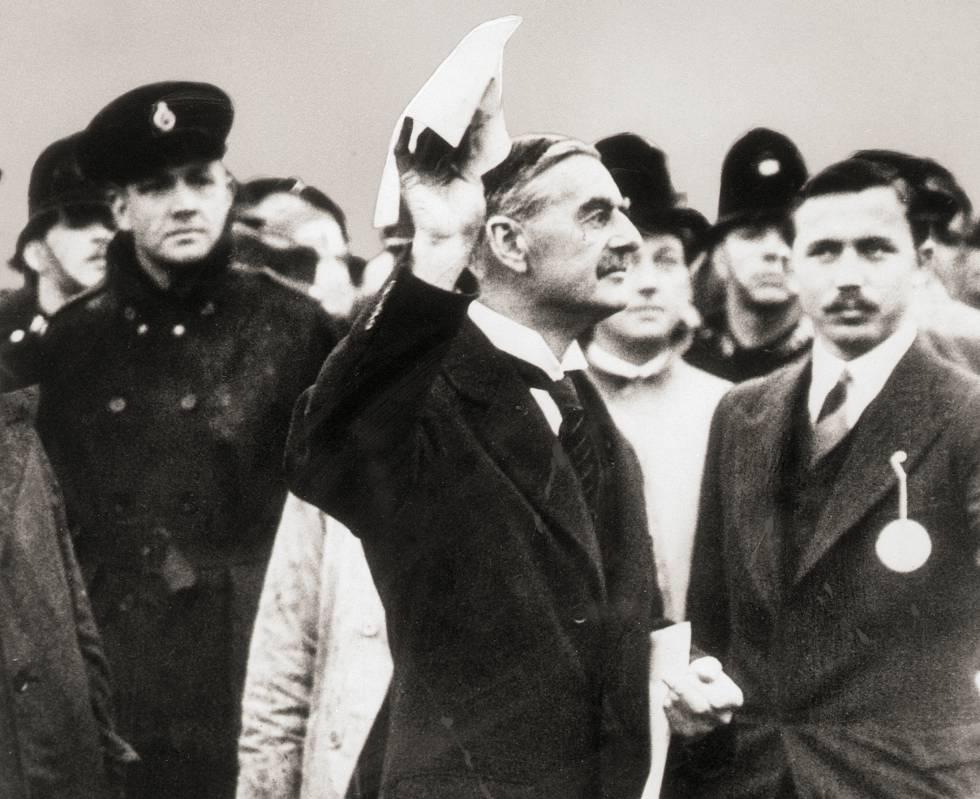 Chamberlain muestra en Londres el Pacto de Múnich tras la firma.
