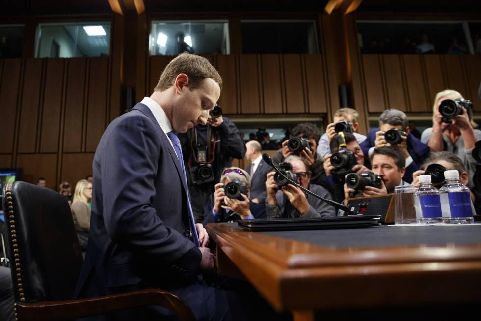 El fundador de Facebook, Mark Zuckerberg, al comienzo de su declaración.