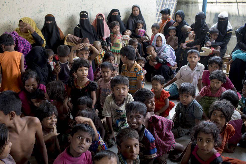 Un grupo de mujeres y niños espera ser atendido en un centro sanitario en el campo de refugiados de Leda.