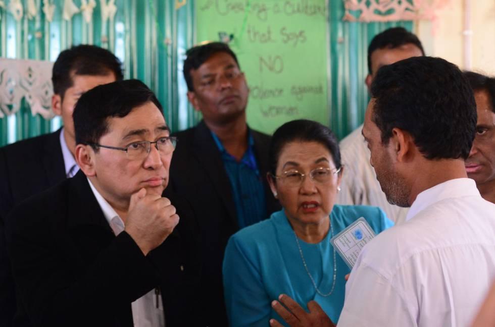 O ministro birmanês do Bem-Estar Social, Win Myat Aye, ouve um refugiado rohingya durante uma visita a Bangladesh, nesta quinta-feira