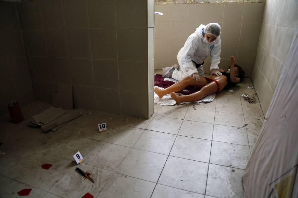 Recreación de un feminicidio durante el seminario organizado por el Equipo Argentino de Antropología Forense en Buenos Aires.