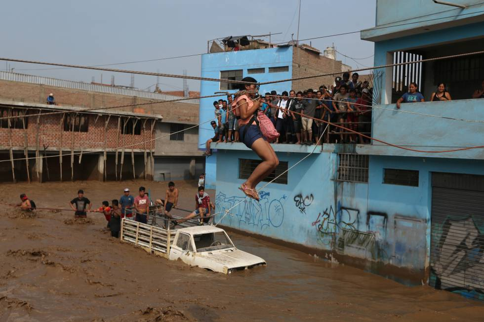 Rescate de una mujer tras las inundaciones de Huachipa en Lima en marzo de 2017.  rn