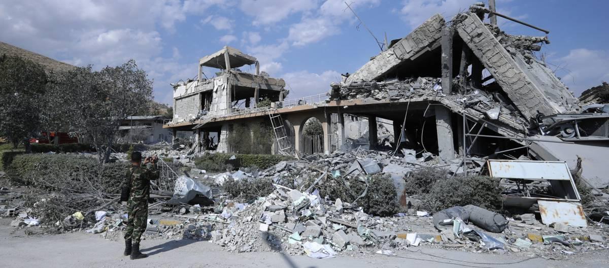 Un soldado sirio fotografía uno de los centros atacados por EE UU, Francia y Reino Unido a las afueras de Damasco, el 14 de abril de 2018.