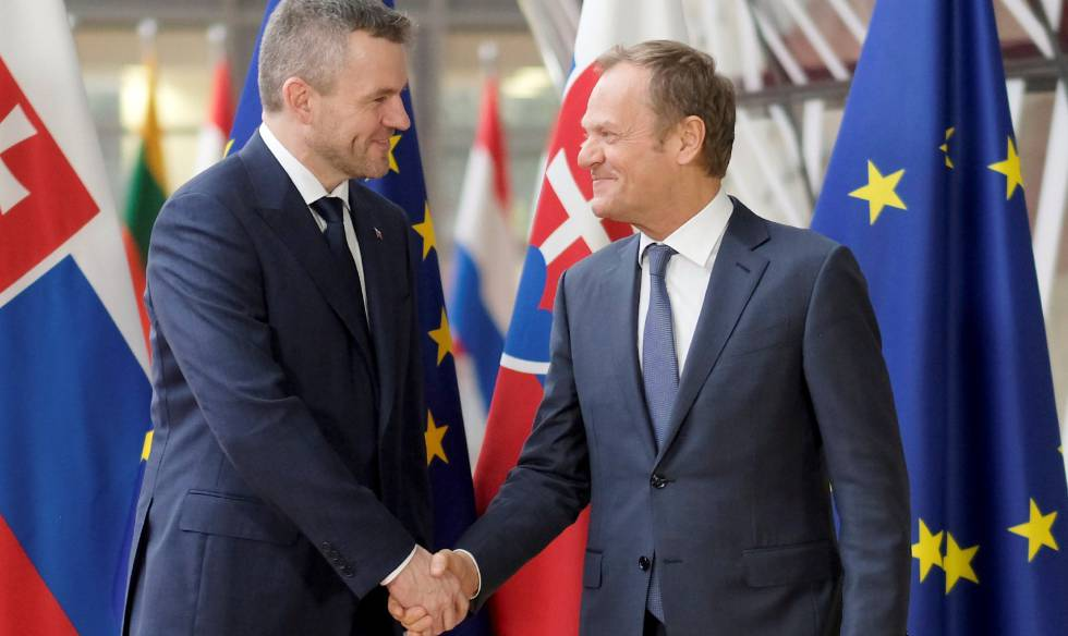 Peter Pellegrini (izquierda) saluda a Donald Tusk el pasado jueves en Bruselas.