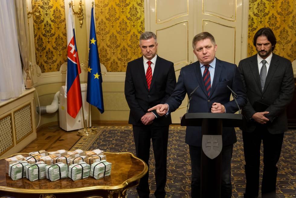 Robert Fico (en el centro) junto al jefe de la policía y el ministro de Interior (ya dimitido) ofrece una recomensa de un millón de euros por pistas por el asesinato de Kuciak, el 27 de febrero.