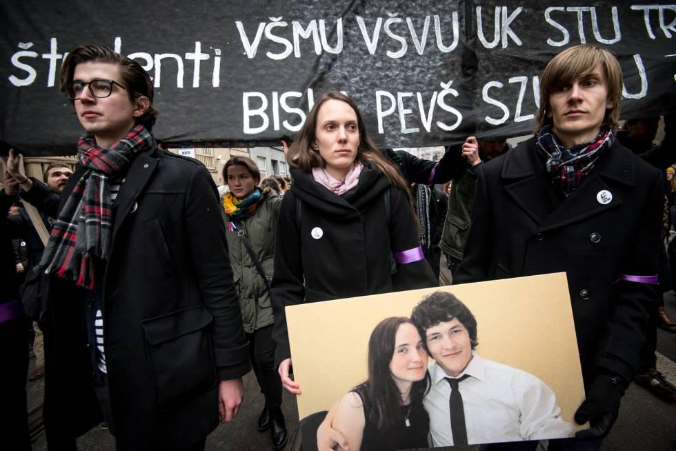 Varios ciudadanos sostienen una fotografía de Kuciak y Kusnirova en la manifestacion de este domingo en Bratislava.