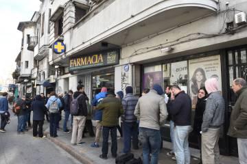 Consumidores de maconha fazem fila para comprar em uma farmácia em Montevidéu em 19 de julho de 2017