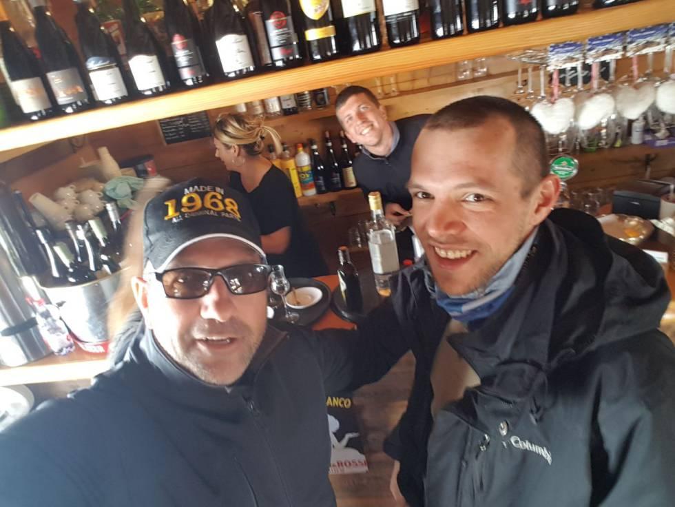Pavel (derecha), con los empleados del restaurante, el día después de los hechos.