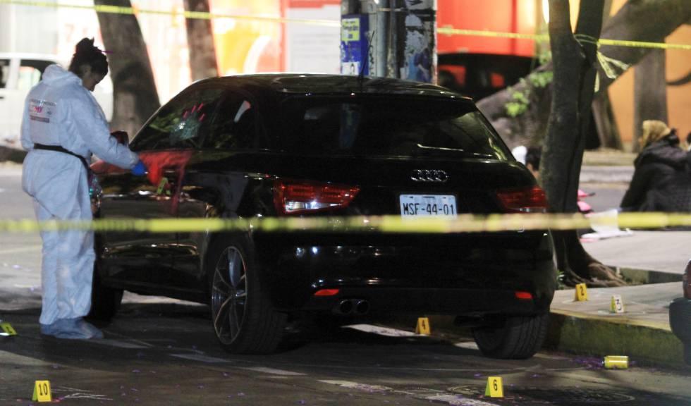 La Policía busca huellas en la escena del crimen en la Condesa este 15 de abril.