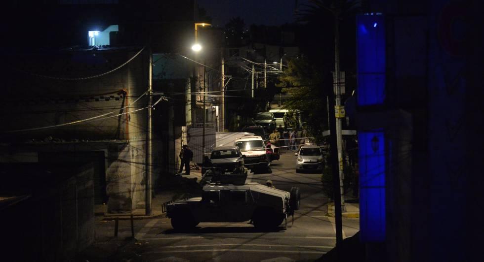 La Armada mexicana vigila una calle tras el operativo contra El Ojos el 20 de julio del año pasado.