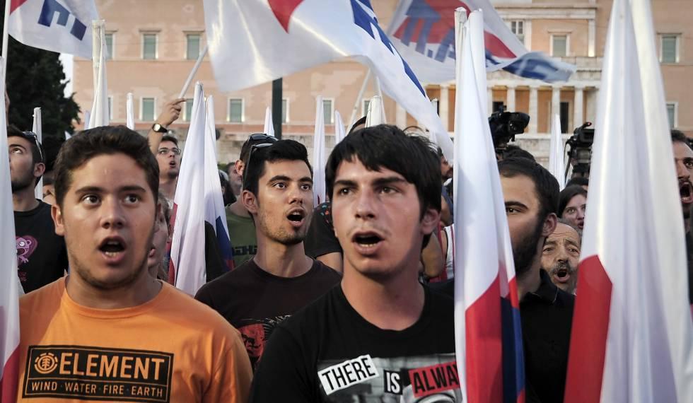 Jóvenes comunistas griegos, en una protesta contra el rescate en el centro de Atenas.