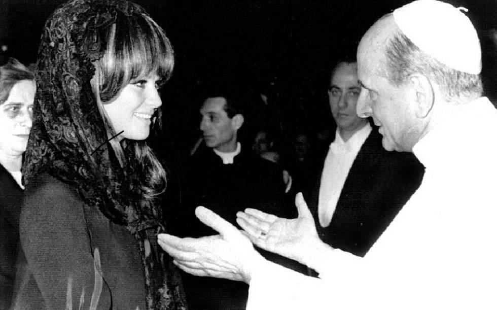 Claudia Cardinale y el papa Pablo VI.