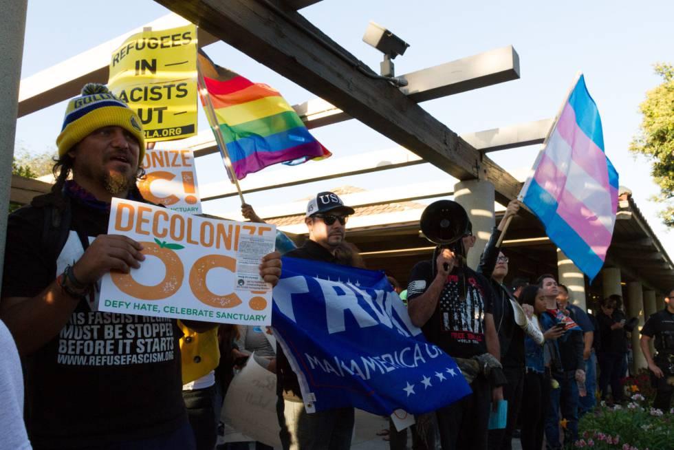 Manifestantes a favor y en contra de los inmigrantes en el Ayuntamiento de Los Alamitos, mientras debatía rebelarse contra California, el lunes 16.