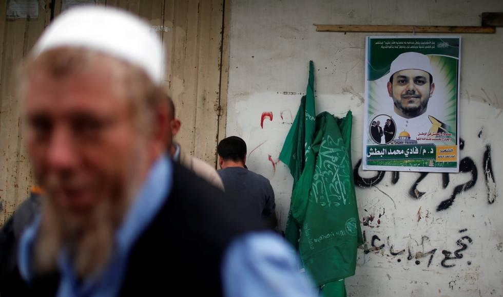 Cartel con la imagendel ingeniero Fadi al Batah en la casa de su familia en Gaza.