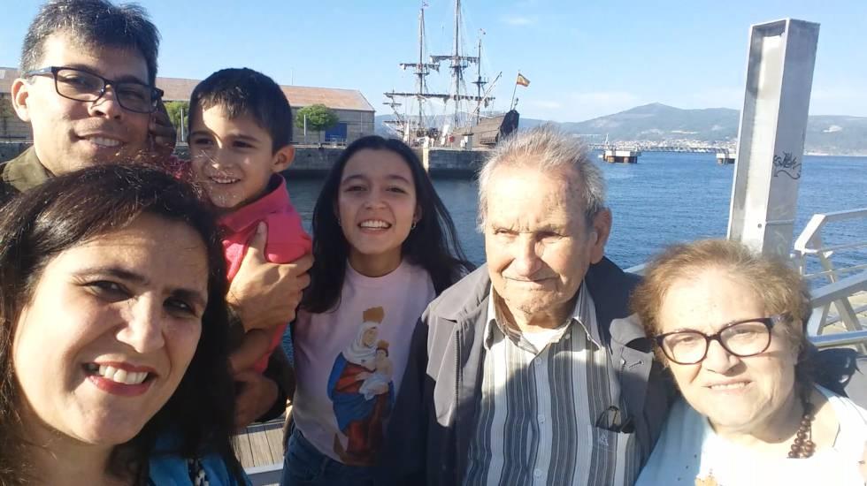 Esteban Janeiro Santiago (segundo por la dcha.) con su familia.