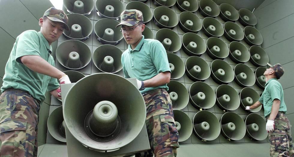 Soldados surcoreranos remueven los altavoces de propaganda en la frontera en 2004.