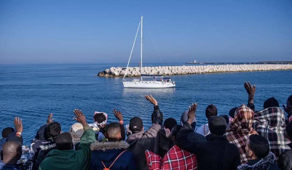 Iinmigrantes a bordo del buque de la ONG SOS Mediterranèe, este lunes.