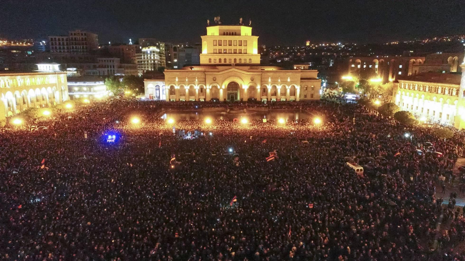 Armenia. Crece el apoyo al grupo que se hizo fuerte en una comisaría de la capital armenia. 1524488944_858881_1524494409_sumario_normal_recorte1