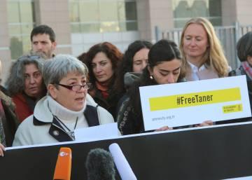 Turquía detiene nuevamente al presidente local de Amnistía pese a que un juez ordenó su liberación
