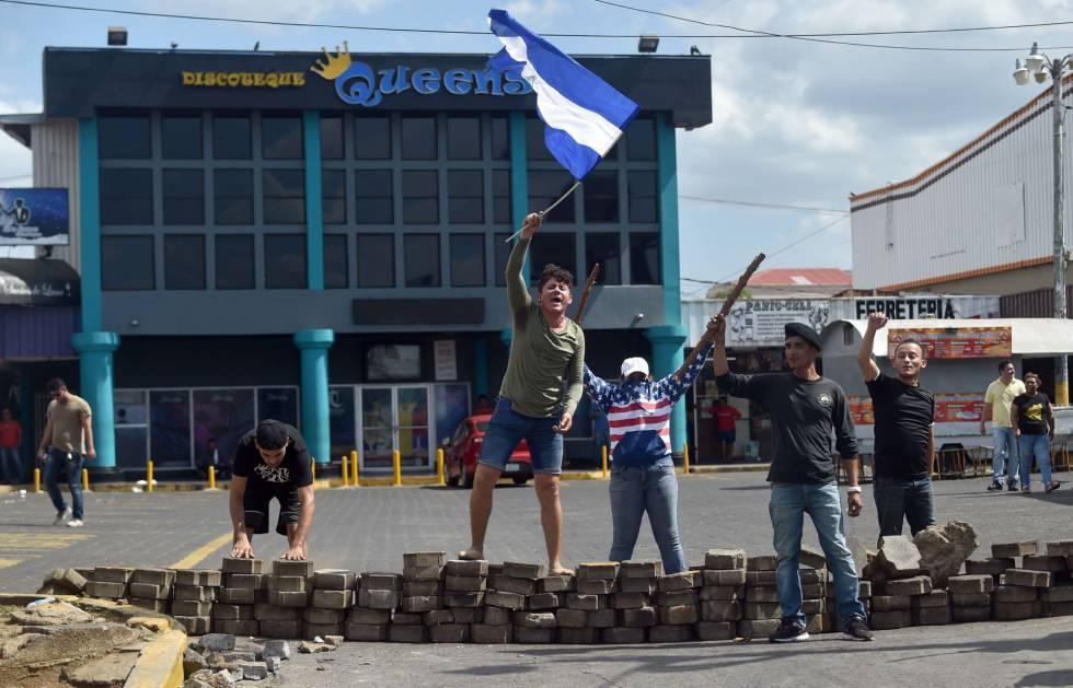 Los propietarios de comercios protegen sus negocios en Managua.