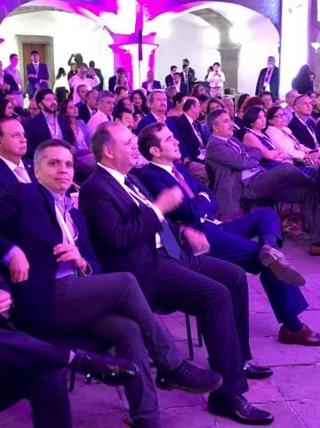 El presidente del INE, Lorenzo Córdova (primero a la derecha), observa el debate.